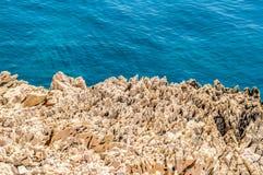 Skalista linia brzegowa z kryształem - jasny błękitny Adriatycki morze Zdjęcie Royalty Free