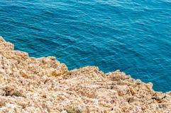 Skalista linia brzegowa z kryształem - jasny błękitny Adriatycki morze Fotografia Royalty Free