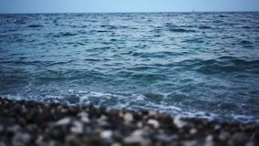 Skalista morze plaża przy zmierzchem w wieczór zbiory