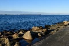 Skalista morze plaża z szeroką kąt perspektywą Obrazy Stock