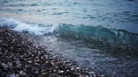 Skalista morze pla?a przy zmierzchem w wiecz?r zdjęcie wideo