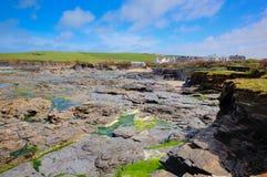 Skalista Północna Cornwall wybrzeża Newtrain zatoka na Południowej zachodnie wybrzeże ścieżce w wiośnie z niebieskim niebem i bli Obrazy Royalty Free