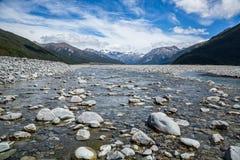 Skalista płytka rzeka w glacjalnej dolinie Nowa Zelandia Zdjęcie Stock