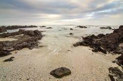 Skalista plaża i chmury fotografia stock