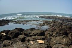 Skalista plaża i ocean obrazy royalty free