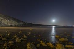 Skalista plaża przy nocą Zdjęcia Royalty Free
