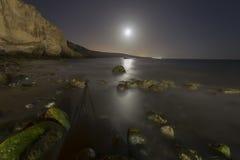 Skalista plaża przy nocą Zdjęcie Royalty Free