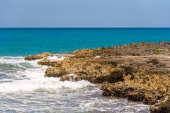 Skalista plaża w Bayahibe, los angeles Altagracia, republika dominikańska Odbitkowa przestrzeń dla teksta Zdjęcie Royalty Free