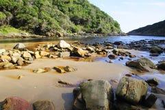 Skalista plaża wzdłuż Wydrowego Wycieczkuje śladu Obrazy Stock
