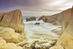 Skalista plaża podczas zmierzchu Obraz Royalty Free