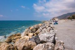 Skalista plaża w Campora San Giovani miasteczku Fotografia Stock
