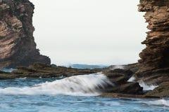 Skalista rama, falezy atlantycki ocean z fala, abstrakcjonistyczny tło Fotografia Stock