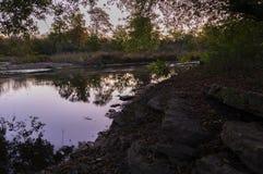 Skalista rzeka przy wschód słońca Naperville Illinois zdjęcie stock