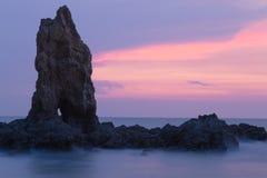 Skalista seacoast linia horyzontu z pięknym mrocznym niebem Obrazy Stock