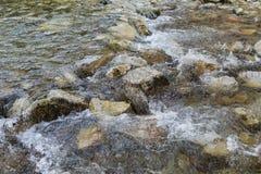 Skalista szorstka rzeka z kamieniami obrazy royalty free