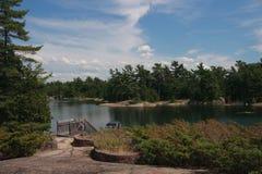 """Skalista wyspa na GruziÅ""""skiej zatoce w Ontario zdjęcie royalty free"""