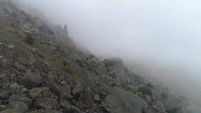 Skalista zbocze góry w mgle strzał Odgórny widok skała spada na zbocze góry Zwarta mgła odkrywa skałę w jesień chmurnym dniu zbiory