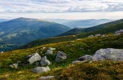 Skaliste formacje na trawiastych wzgórzach Zdjęcie Stock