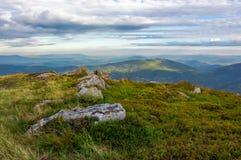 Skaliste formacje na trawiastych wzgórzach Obrazy Royalty Free