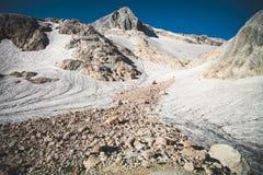 Skaliste góry z lodowa śniegu krajobrazu latem Fotografia Royalty Free