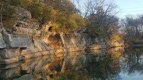 Skalistej falezy nawisła rzeka odbija płynnie obraz royalty free