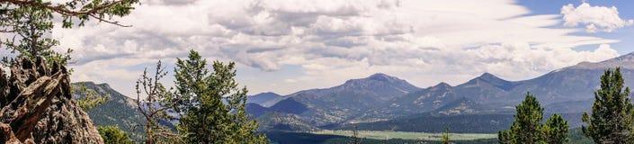 Skalistej góry park narodowy Chmury nad pasmem górskim fotografia stock