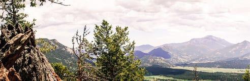 Skalistej góry park narodowy Zielona pogodna dolina obraz stock