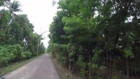 Skalistej góry przesmyka niewygładzona wijąca szorstka droga na wiejskim miasteczku zbiory