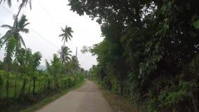 Skalistej góry przesmyka niewygładzona wijąca szorstka droga na wiejskim miasteczku zdjęcie wideo