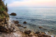 Skalisty brzeg i morza zmierzch Fotografia Royalty Free