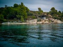 Skalisty brzeg i obozowicz na Diaporos wyspie obraz stock