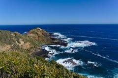 Skalisty brzeg i pokojowy morze zdjęcie stock