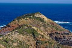 Skalisty brzeg i pokojowy morze obraz stock