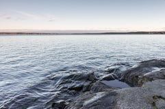 Skalisty brzeg jeziora Obrazy Royalty Free