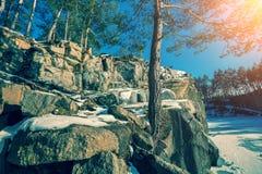 Skalisty brzeg jezioro w zimie zdjęcie royalty free