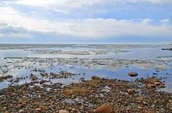 Skalisty brzeg morze i stapianie zamrażamy w wodzie obraz stock