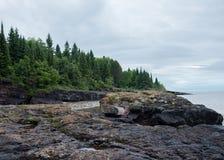 Skalisty brzeg na Jeziornym przełożonym zdjęcie royalty free
