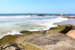 Skalisty brzeg ocean indyjski, Bentota fotografia stock