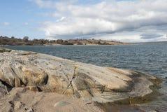 Skalisty brzeg przy wybrzeżem zdjęcie royalty free