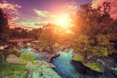 Skalisty brzeg rzeki przy zmierzchem obrazy stock