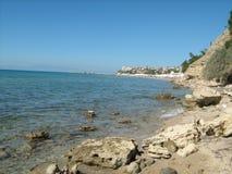 Skalisty brzeg w Nea Kallikratia, Grecja Zdjęcie Royalty Free