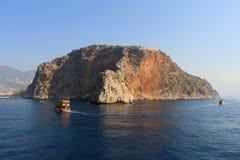 Skalisty denny wybrzeże z łodzią zdjęcia stock