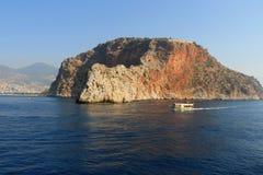 Skalisty denny wybrzeże z łodzią fotografia stock