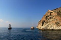 Skalisty denny wybrzeże z łodzią obraz stock