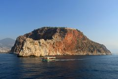Skalisty denny wybrzeże z łodzią obraz royalty free