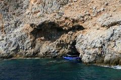 Skalisty denny wybrzeże z łodzią obrazy stock