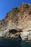 Skalisty denny wybrzeże z łodzią fotografia royalty free