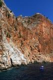 Skalisty denny wybrzeże z łodzią obrazy royalty free