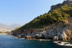 Skalisty denny wybrzeże z falą obrazy royalty free