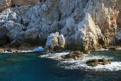 Skalisty denny wybrzeże z falą fotografia royalty free